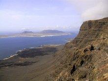 Steilküste des Famara-Massivs, im Hintergrund die Insel La Graciosa