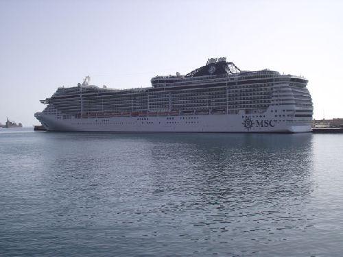 Kreuzfahrtschiff im Hafen von Santa Cruz auf Teneriffa